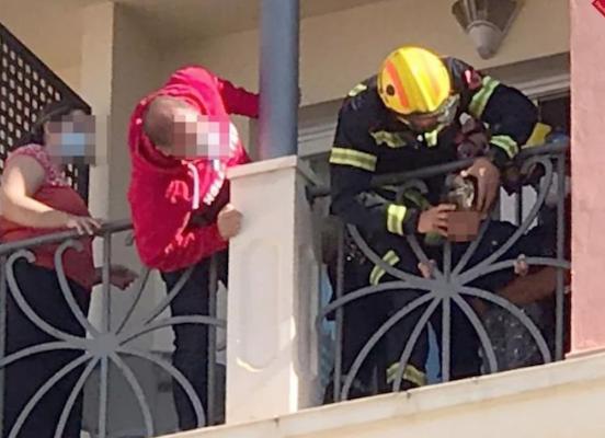 Bomberos auxilian a un niño de dos años con la cabeza atrapada en la barandilla de un hotel